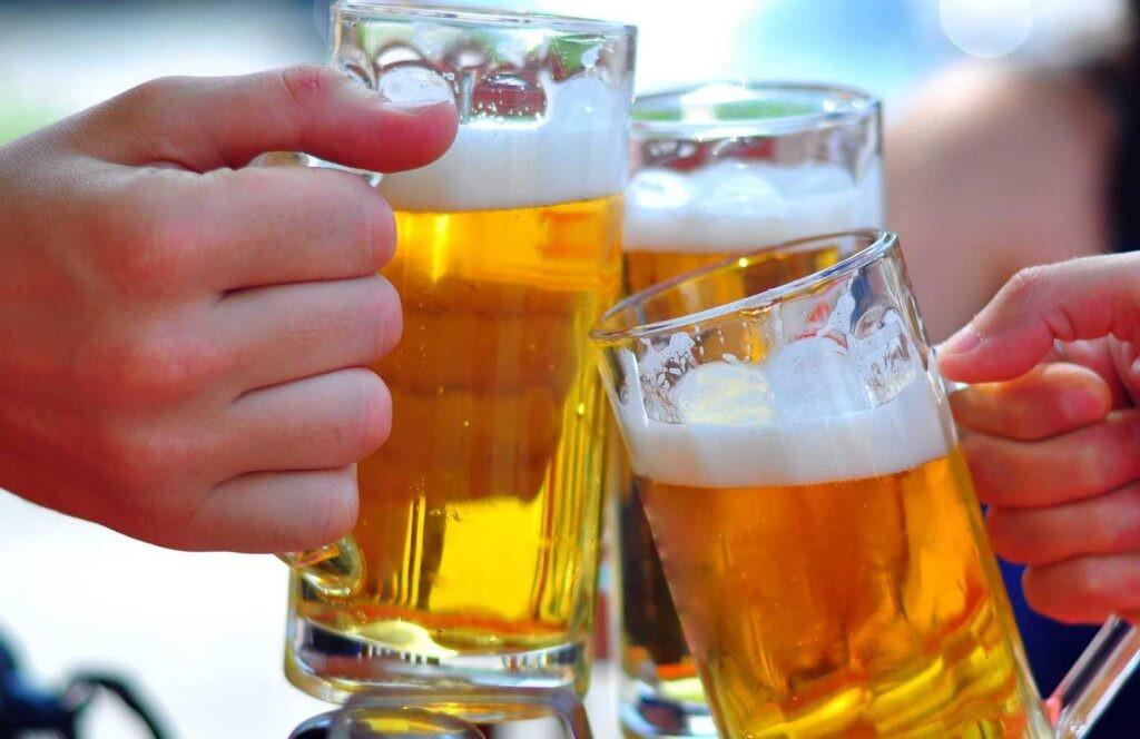 Uống bia rượu nhiều có thể làm đường máu thấp hơn bình thường