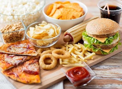 Chế độ ăn uống không hợp lý là một trong những nguyên nhân dẫn đến viêm dạ dày