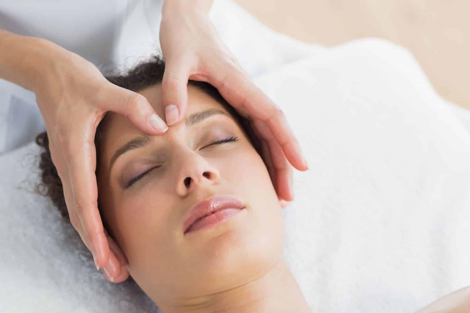 Xoa bóp - Bấm huyết có hiệu quả làm giảm các triệu chứng của viêm mũi dị ứng