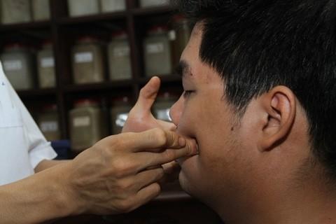 Xoa bóp - Bấm huyệt là phương pháp không dùng thuốc cho thấy hiệu quả cải thiện cấu trúc khuôn mặt