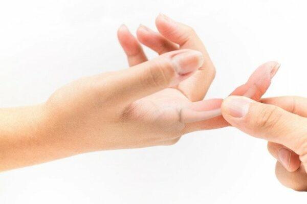 Nắm chặt vùng da cần chích và bóp nhẹ trong vòng 3 giây.