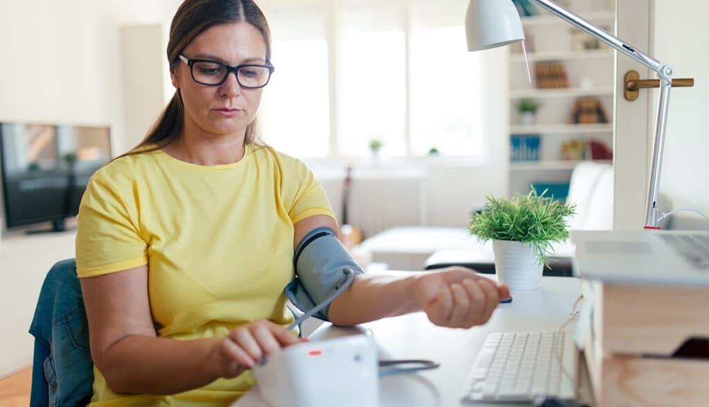 Thường xuyên kiểm tra huyết áp tại nhà