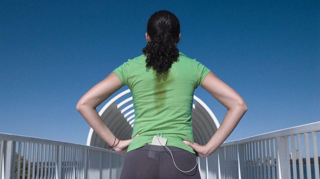 Nên sử dụng quần áo mỏng và sáng màu hơn để giảm ra mồ hôi ở lưng