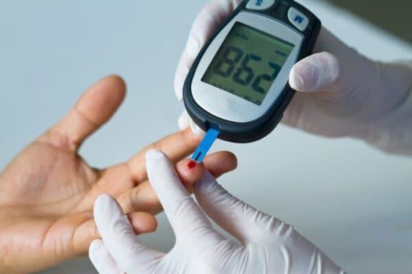 Nên đo đường huyết đều đặn để theo dõi và phát hiện bệnh lý sớm