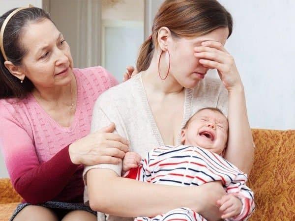 Khó ngủ, mệt mỏi là một trong những triệu chứng rối loạn nội tiết sau sinh