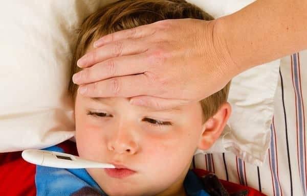 Trẻ sốt có thể do nhiễm trùng đường niệu