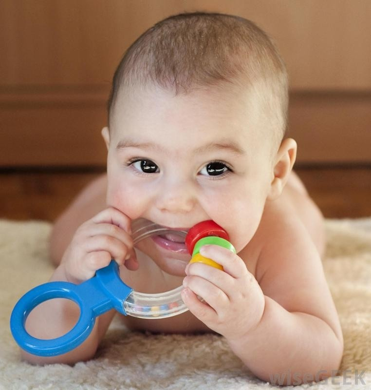 Mọc răng làm ngứa nướu và trẻ thường xuyên cắn đồ vật