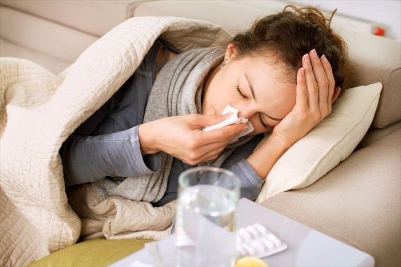Hắt hơi, sổ mũi là những triệu chứng giống cúm hay gặp