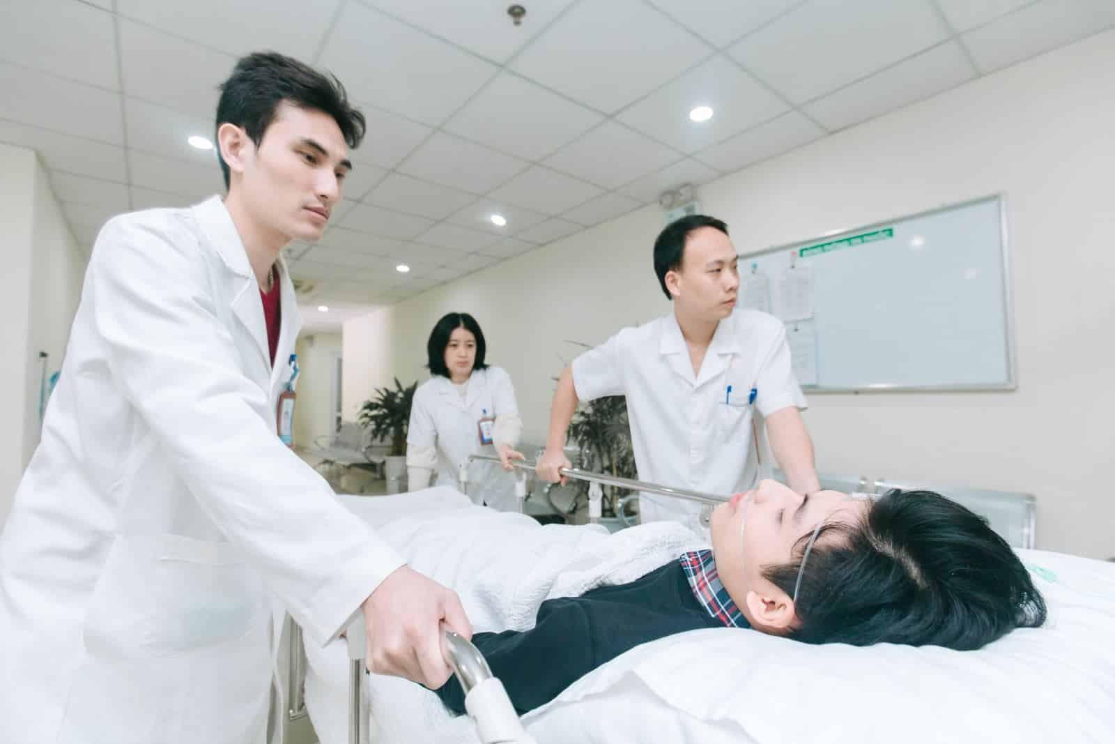 Nếu bệnh nhân bị hôn mê nhưng nhà không có sẵn bút tiêm glucagon, bạn nên gọi cấp cứu