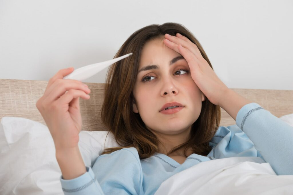 Sốt nhẹ là tác dụng phụ có thể xảy ra sau tiêm