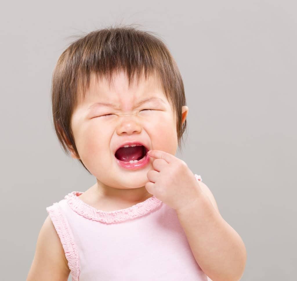 Bé mọc răng hàm bị đau và không chịu ăn