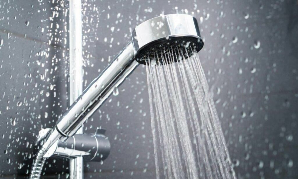 Tắm rửa thường xuyên giúp hạ nhiệt nhanh giảm tiết mồ hôi