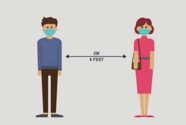 Giữ khoảng cách an toàn tối thiểu 2 mét giữa người với người.