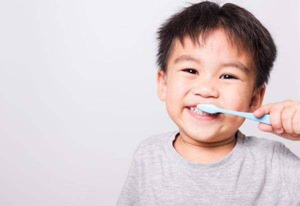 Đo độ sâu túi của rãnh giữa nướu và răng bằng một đầu dò hơn 4mm báo hiệu viêm nha chu