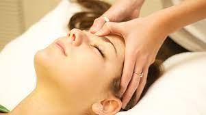 Bấm huyệt tạo cảm giác thư giãn, tăng cường tuần hoàn máu, giúp giảm các triệu chứng của rối loạn tiền đình